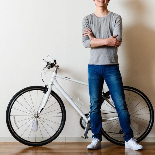 写真:男性と自転車