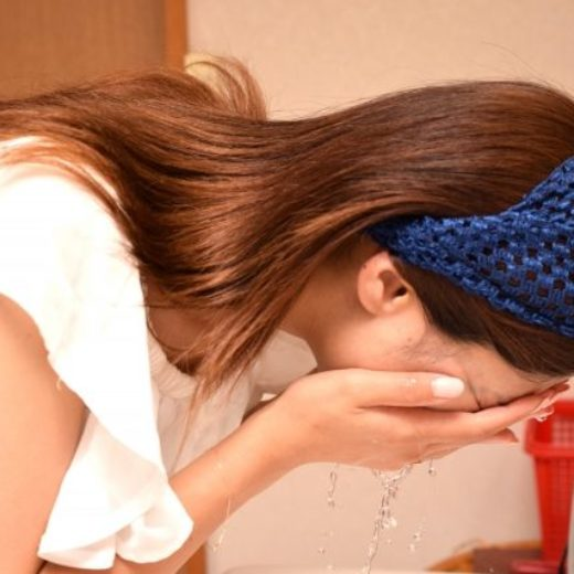 写真:洗顔中