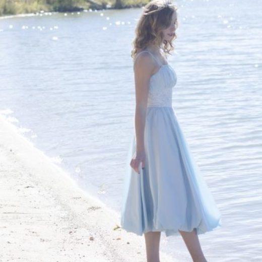 写真:浜辺女性